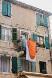 Vêtements secs sur la façade d'un immeuble photo libre de droits