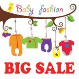 Vêtements soutenus par bébé accrochant sur l'arbre. Grande vente Photos stock