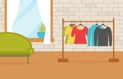 Vêtements sur des cintres dans l'intérieur Photo libre de droits