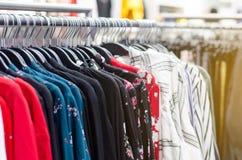Vêtements sur des cintres dans le magasin images libres de droits