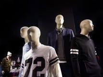 Vêtements sur des mannequins Images stock