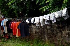 Vêtements sur la corde Photo stock