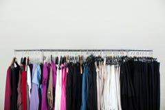 Vêtements sur le carrel avec le fond blanc Photographie stock libre de droits