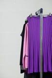 Vêtements sur le carrel en métal dans le studio Image stock