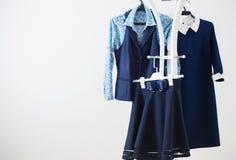 Vêtements sur le cintre sur un fond blanc Image stock