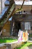 Vêtements sur une corde photographie stock