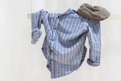 Vêtements sur une ligne Photographie stock libre de droits