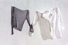 Vêtements traînés pour sécher photos stock