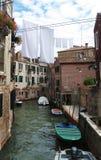 Vêtements traînant pour sécher sur un canal photo stock