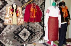 Vêtements traditionnels des personnes ukrainiennes illustration stock