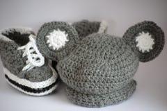 Vêtements tricotés faits main de chéri Image stock