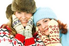 vêtx l'hiver s'usant chaud de filles deux heureux Photos libres de droits