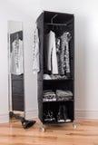 Vêtx l'organisateur avec le vêtement noir et blanc Photographie stock
