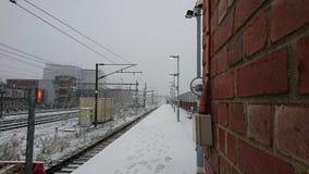 Vía del tren cubierta en nieve Fotos de archivo