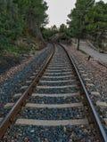 Vía del tren a través de la montaña foto de archivo