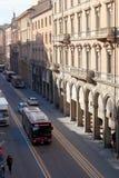 Vía el dell Indipendenza en Bolonia, Italia por mañana Imágenes de archivo libres de regalías