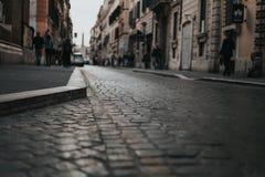Vía el detalle del pavimento del Corsso Ventanas viejas hermosas en Roma (Italia) Foto de archivo libre de regalías