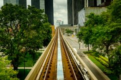 Vía ferroviaria del tren entre los árboles Imagen de archivo libre de regalías