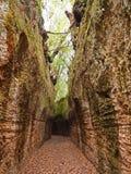 Vía hundido, un camino antiguo de Etruscan talló a través de los acantilados del tufo en Toscana foto de archivo