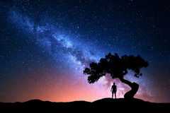 Vía láctea, árbol y silueta del hombre solo Paisaje de la noche Fotos de archivo