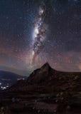 Vía láctea con la estrella fugaz en el Monte Kinabalu Foto de archivo