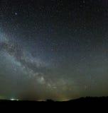 Vía láctea de la galaxia en el cielo nocturno con las estrellas brillantes Astrophotog Imagen de archivo