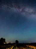 Vía láctea de las estrellas en el cielo nocturno Imagen de archivo libre de regalías