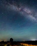 Vía láctea de las estrellas en el cielo nocturno Fotografía de archivo