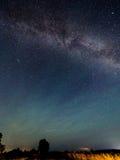 Vía láctea de las estrellas en el cielo nocturno Fotos de archivo