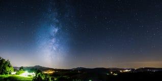Vía láctea de levantamiento de las montañas y de las estrellas Fotografía de archivo libre de regalías