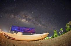 Vía láctea sobre el barco del pescador en la isla de Mabul. Ruido visible debido imagen de archivo libre de regalías