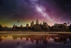 Vía láctea sobre el templo de Angkor Wat fotografía de archivo