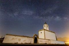 Vía láctea sobre Iglesia de las Salinas imagen de archivo