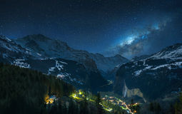 Vía láctea sobre las montañas suizas Imagen de archivo