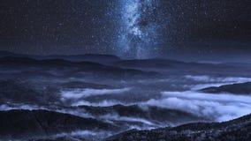 Vía láctea sobre las nubes que fluyen en las montañas de Tatra, Polonia almacen de metraje de vídeo