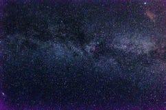 Vía láctea y cielo estrellado con las nubes imagen de archivo