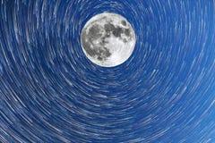 Vía láctea y el modo del cometa del timelapsein de la Luna Llena foto de archivo libre de regalías
