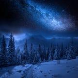 Vía láctea y montañas en invierno en la noche, Polonia de Tatras Fotos de archivo libres de regalías