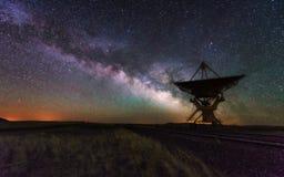 Vía láctea y plato grande de la antena, telescopio imagenes de archivo