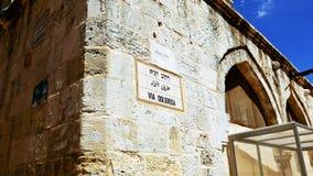 Vía la placa de calle de Dolorosa en Jerusalén Imagen de archivo libre de regalías