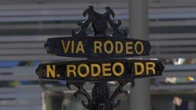 Vía placa de calle del rodeo en Rodeo Drive en Beverly Hills - CALIFORNIA, los E.E.U.U. - 18 DE MARZO DE 2019 metrajes