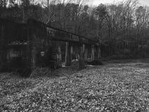 Vías abandonadas del tren sobre un río que fluye Fotografía de archivo