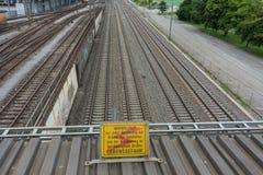 Vías de alto voltaje del tren de la muestra de la atención en lengua alemana Imagen de archivo