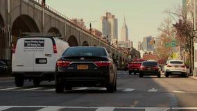 Vías de arriba del tren que llevan de Sunnyside al Queens NY de la ciudad de Long Island En noviembre de 2018 metrajes
