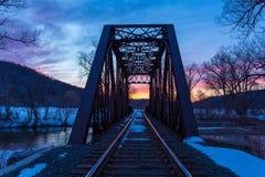 Vías de la puesta del sol y del tren Imagenes de archivo