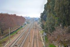 Vías de tren entre arboleda. Autumn picture of train tracks near Cordoba, Spain, with cloudy day royalty free stock photo