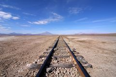 Vías del tren en el desierto Fotografía de archivo libre de regalías