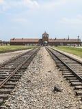 Vías del tren en la entrada de Auschwitz imagen de archivo