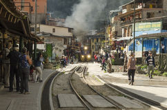 Vías del tren en los calientes de los Aguas, Perú Foto de archivo