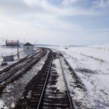 Vías del tren en paisaje nevoso Imágenes de archivo libres de regalías